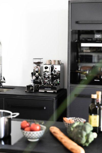 Keep Küche in Wien aus Schiefer, Schwarzstahl und Linoleum