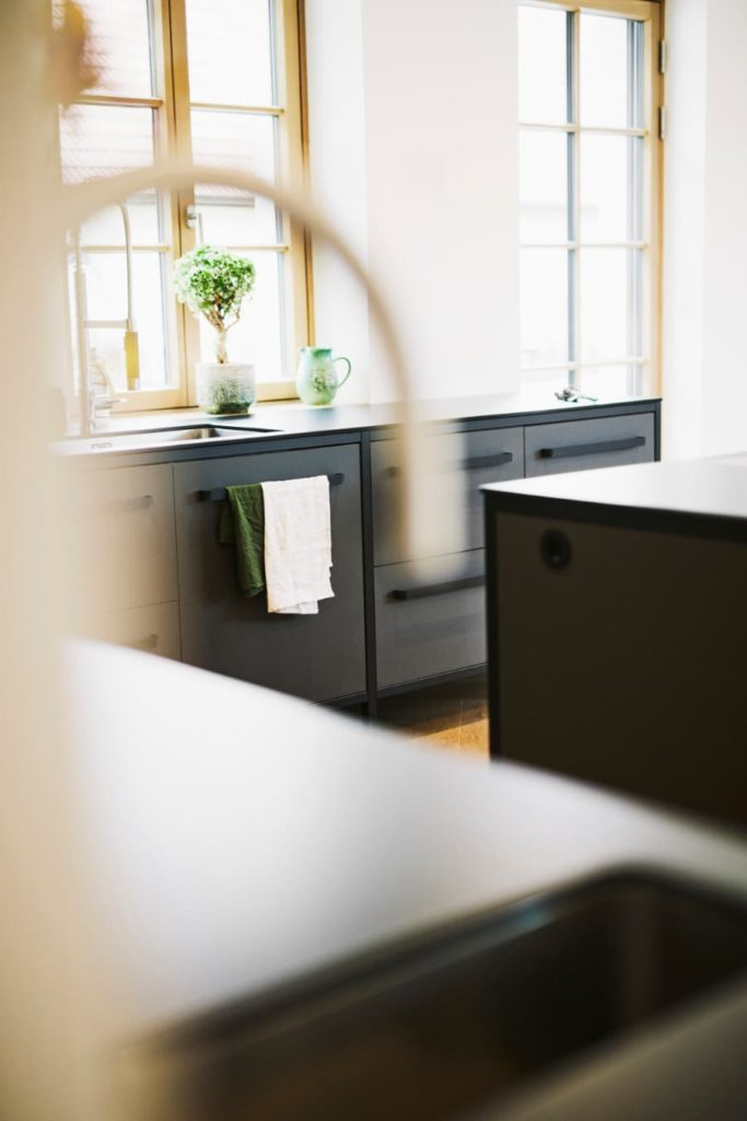 drei-freistehende-Küchenmodule-von-keep-mit-Linoleumfronten-in-der-farbe-iron