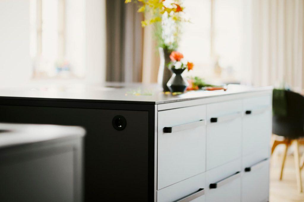 freistehende-Kücheninsel-mit-Stahlrahmen-und-Linoleum-Fronten-farbe-iron