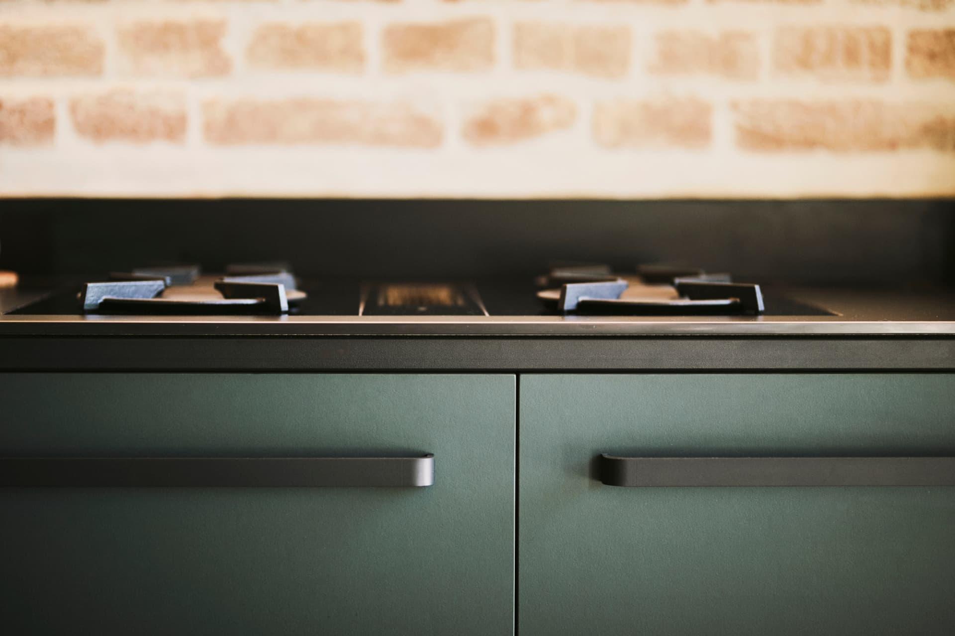 Detailaufnahmen-grüne-Linoleum-Fronten-keep-Küche-Gasfeld-schwarz