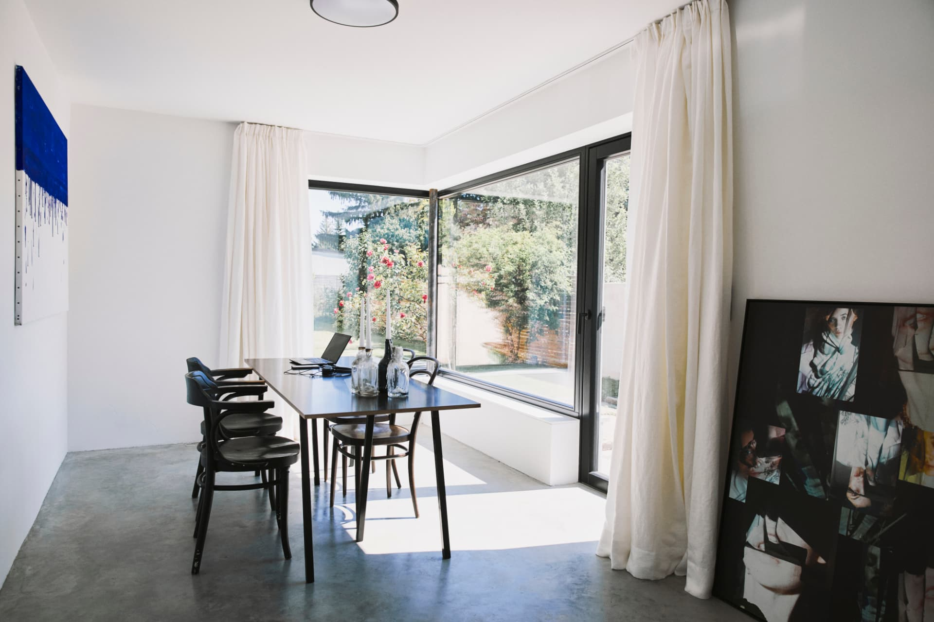 Essbereich-neben-schwarzer-keep-Küche-mit-freistehenden-Stahlrahmen-