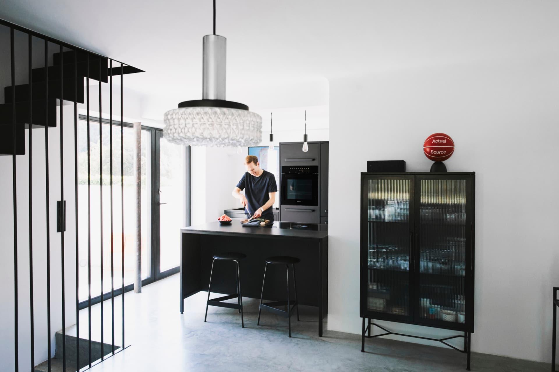 Küche-mit-Stahlrahmen-von-keep-in-schwarz