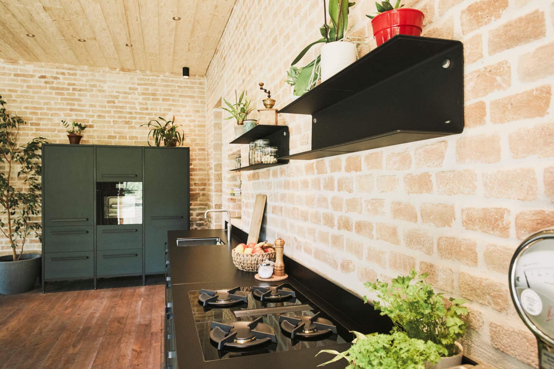 Linoleumküche-dunkelgrün-keep-schwarze-Arbeitsplatte