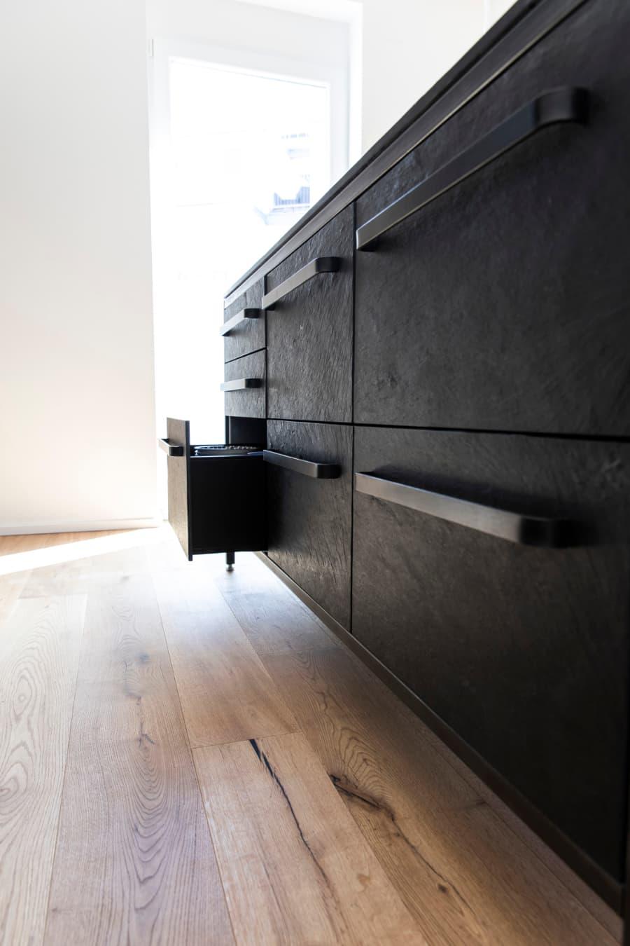 Schubladenfronten-aus-Schieferstein-keep-küche-Stahlrahmen
