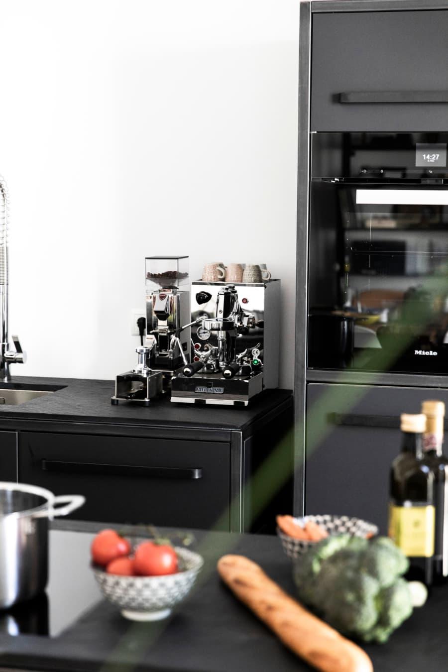 Siebträger-Kaffemaschine-neben-freistehenden-Kchen-Hpchschrank-von-keep