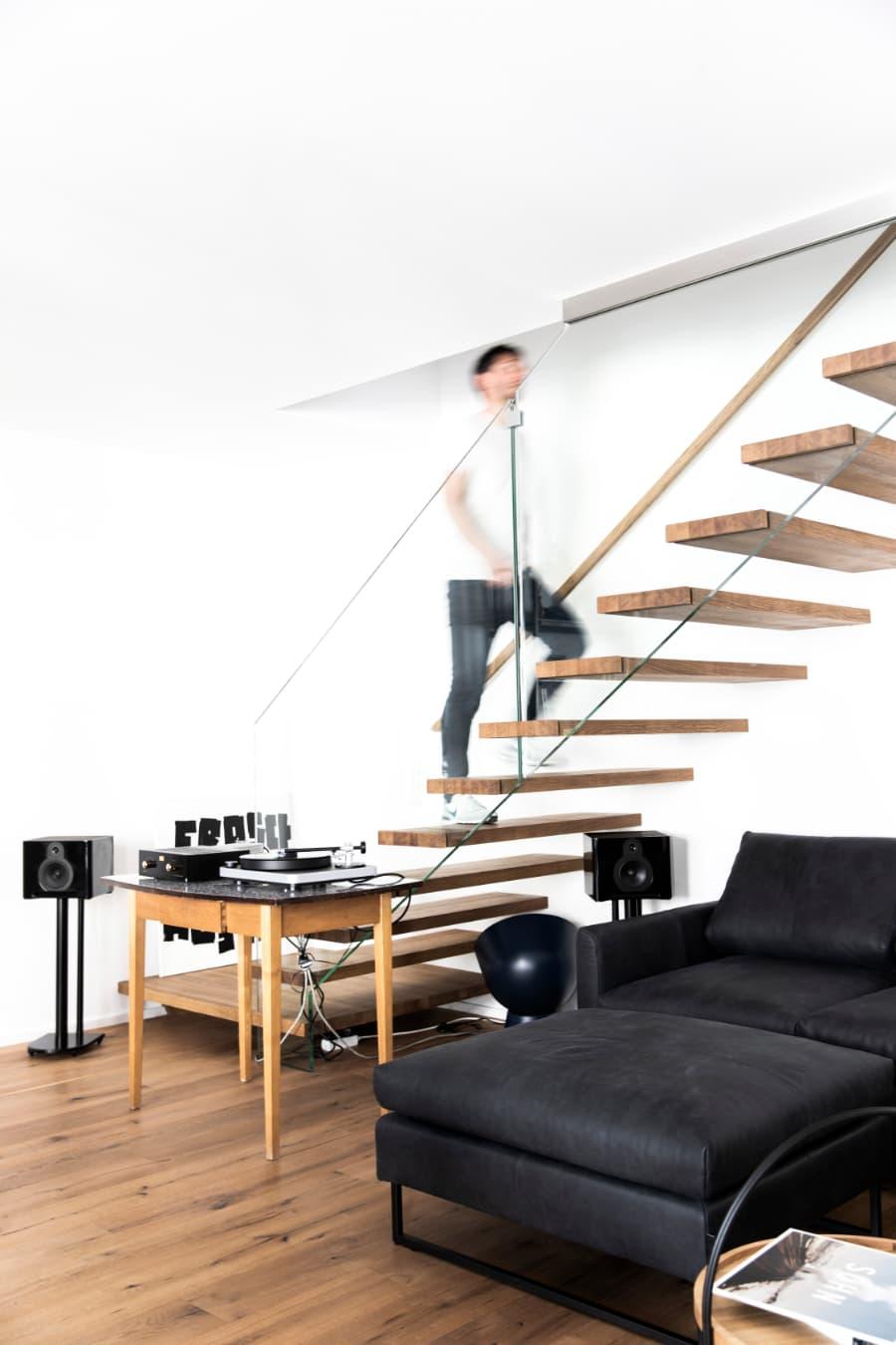 Stiegenaufgang-und-Couch-von-Freistil-mit-Stahlrahmen