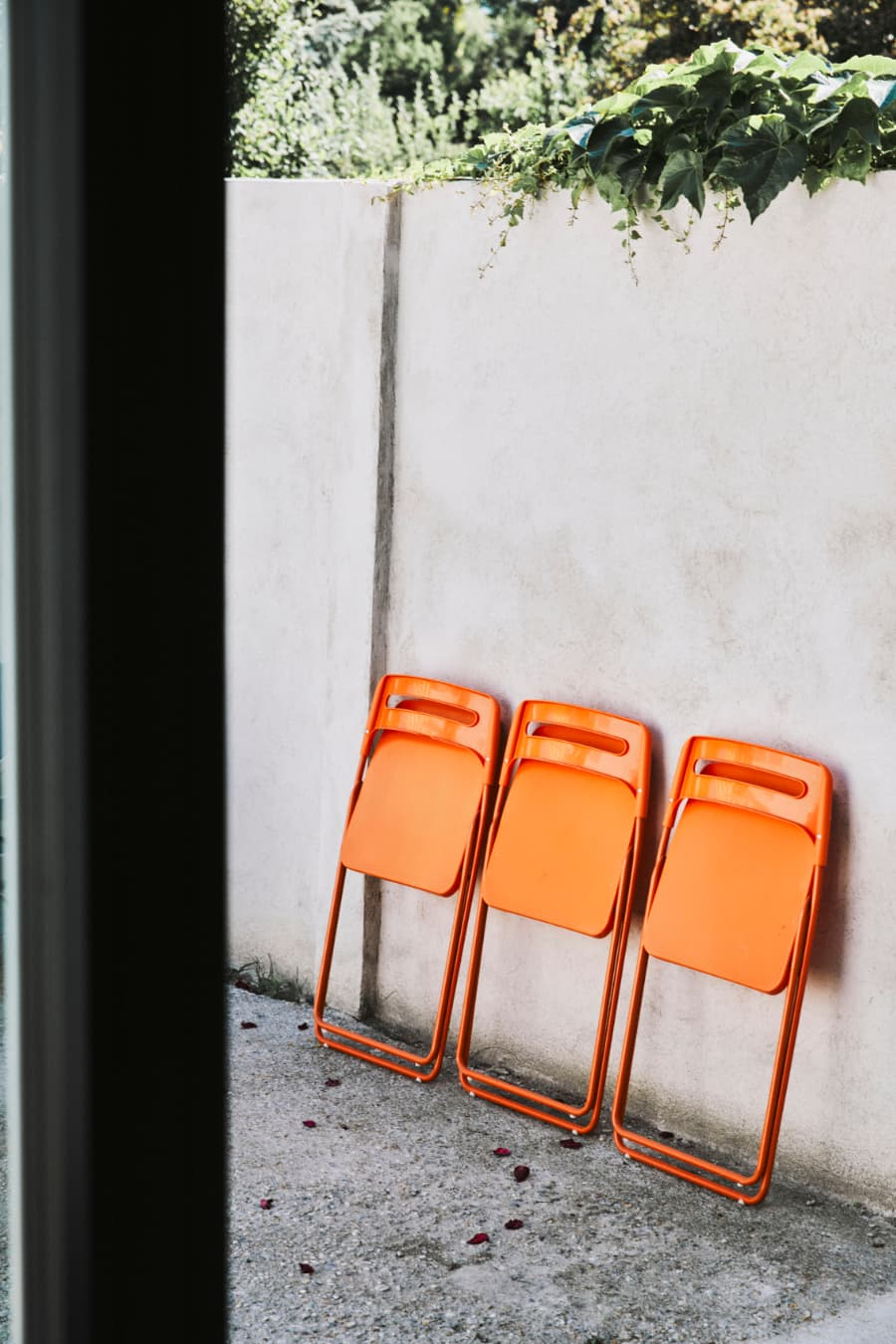 designelement-orange-sessel-zu-schwarzer-keep-küche