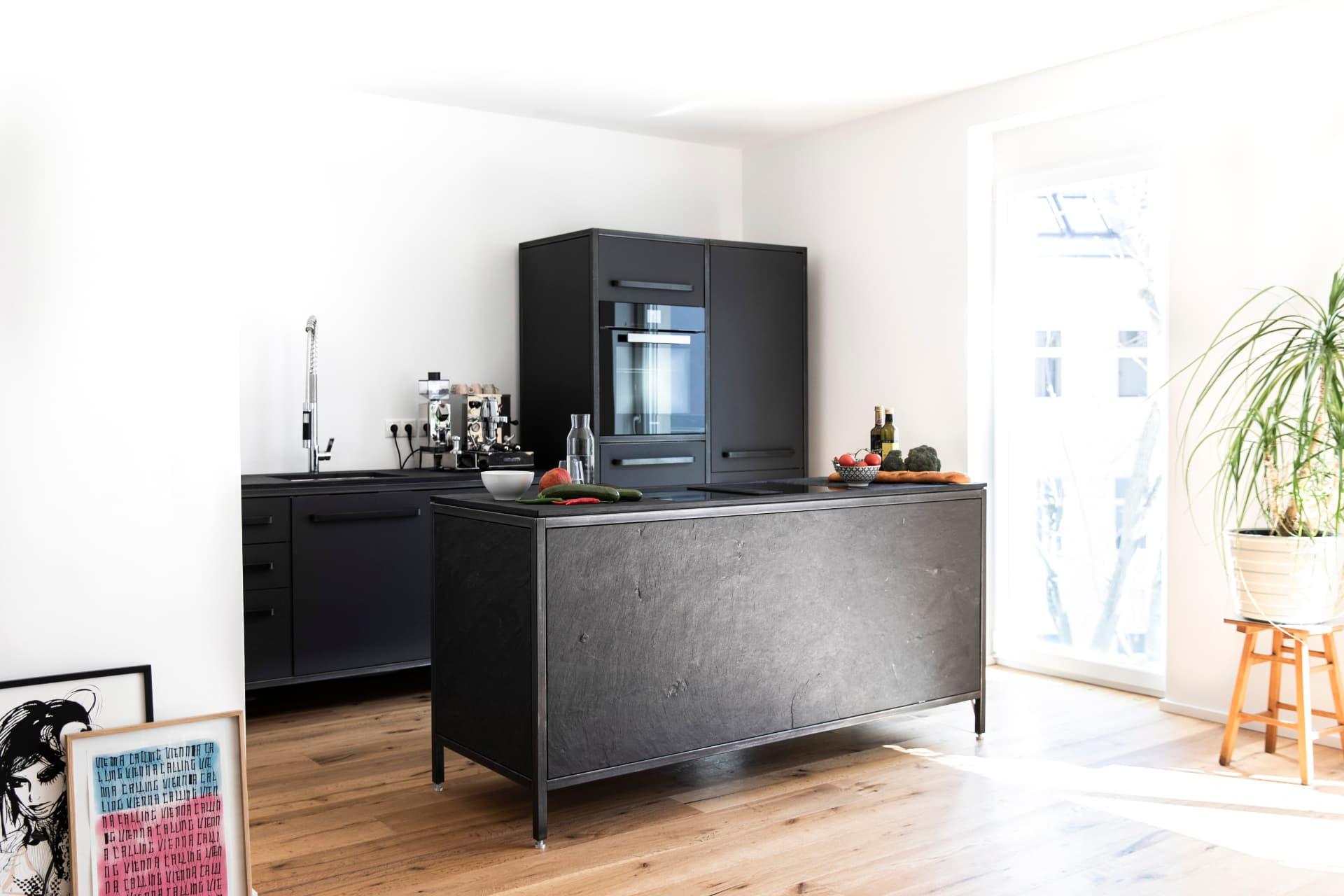 freistehende-Küchenzeile-aus-Naturstein-Schiefer-keep-Küchen