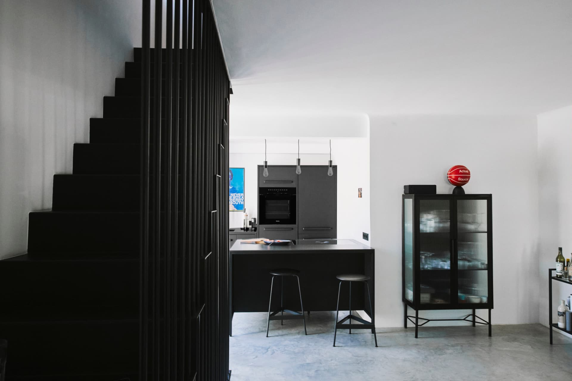 industrial-design-Küche-von-keep-in-schwarz-mit-freistehenden-stahlrahmen