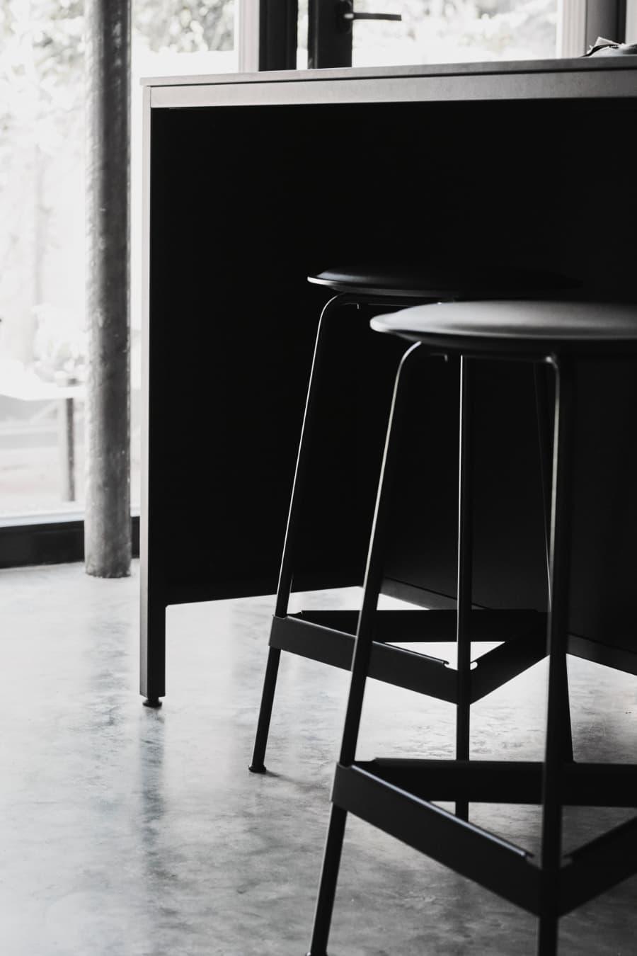 industrial-design-Kücheninsel-von-keep-mit-Stahlrahmen-schwarz-