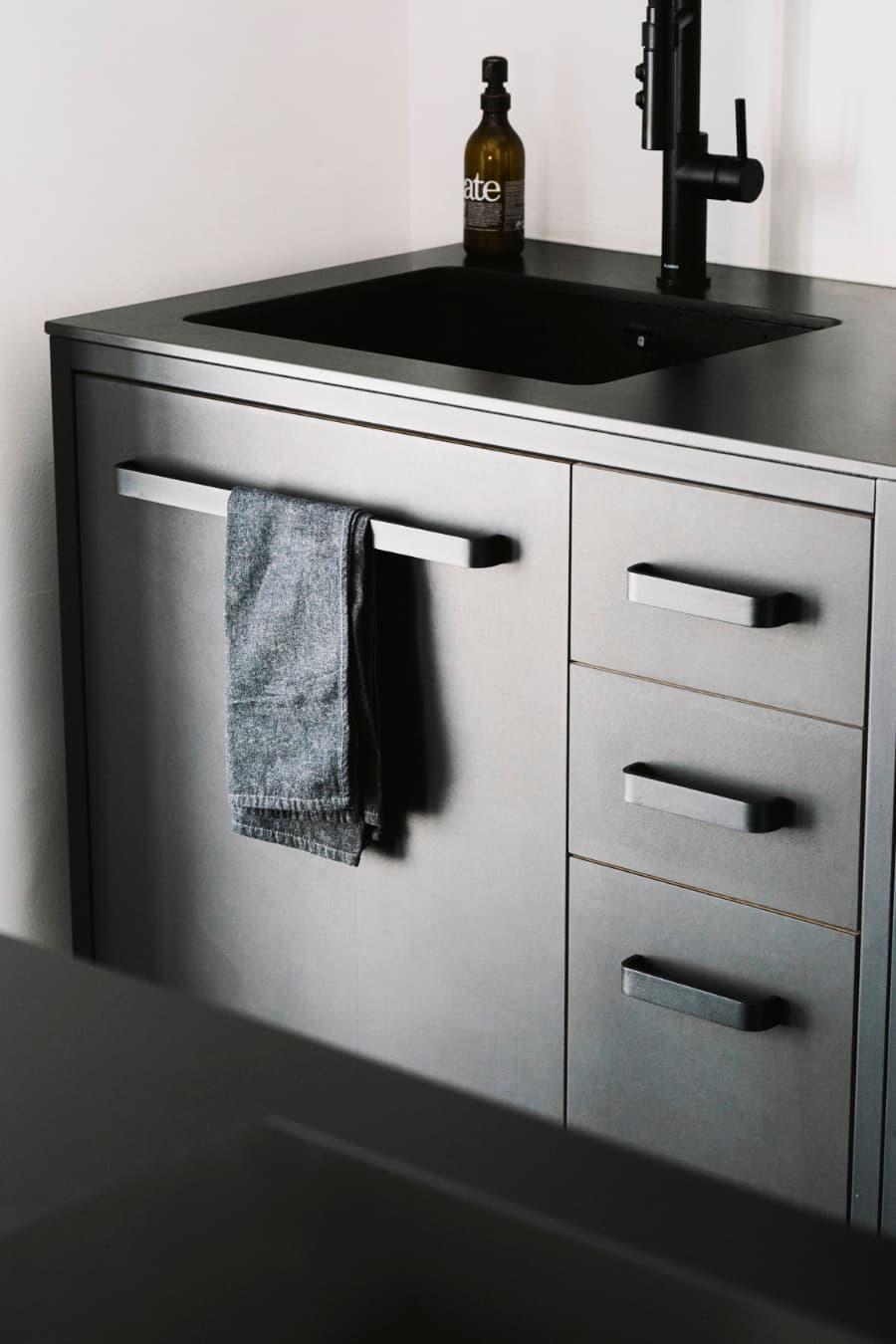 industrial-design-keep-küche-in-schwarz-mit-Stahlrahmen