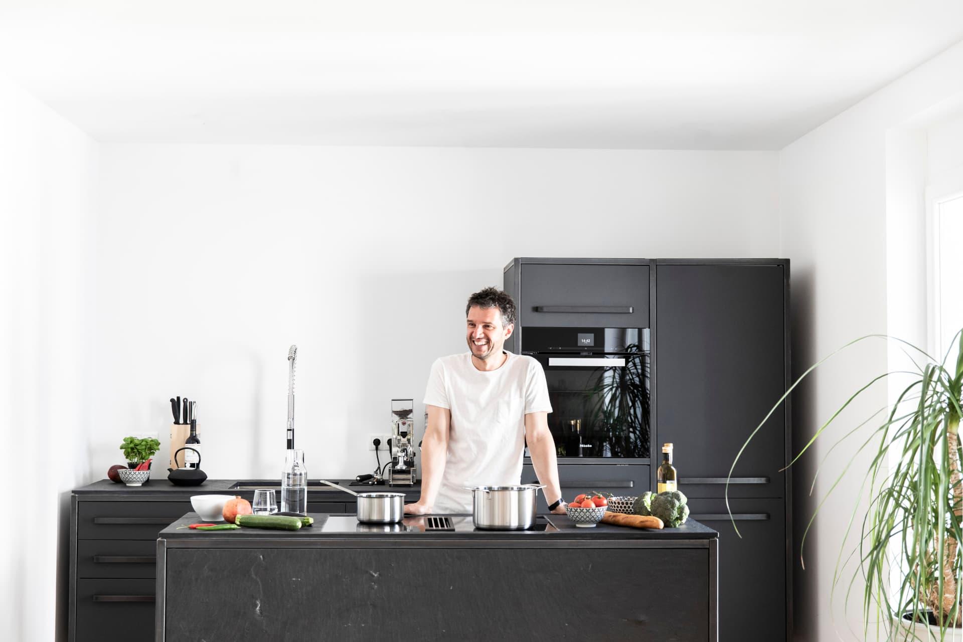 keep-Küche-Stahlrahmen-mit-Natursteininsel-aus-Schiefer