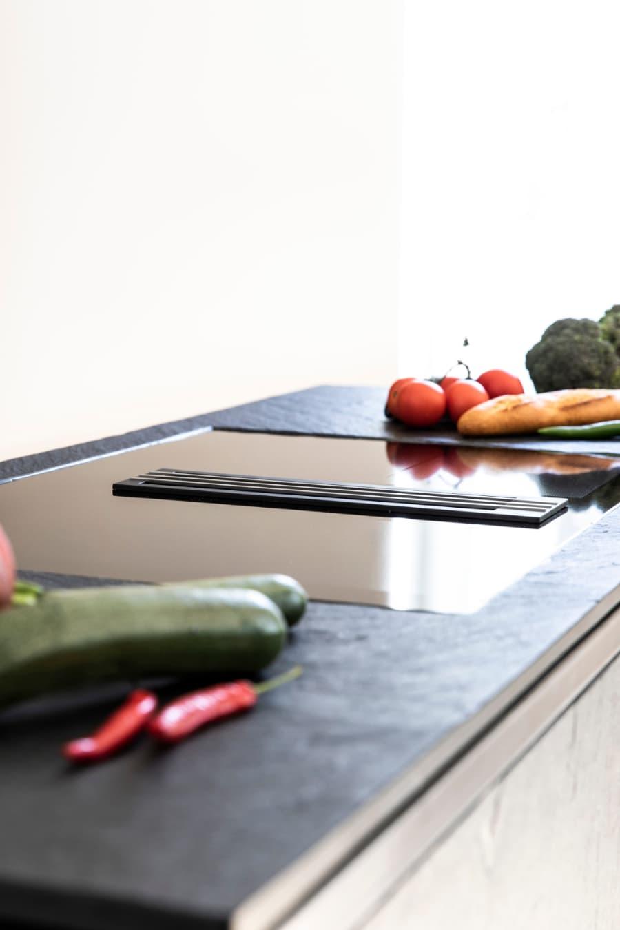 roh-gebürstete-Schiefer-Arbeitsplatte-auf-keep-Kücheninsel