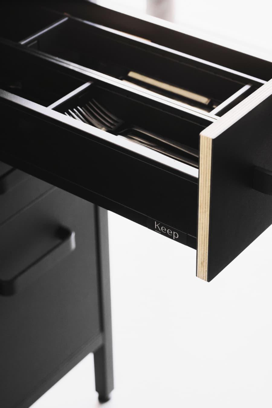 schwarze-Küche-von-keep-Besteckschublade-im-Detail