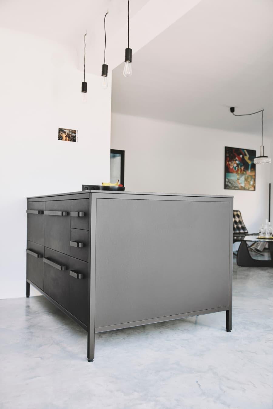 schwarze-Kücheninsel-von-keep-mit-Sitzgelegenheit