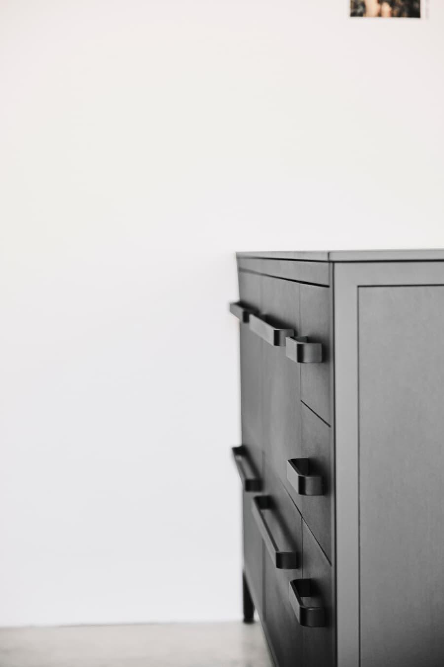 schwarze-kücheninsel-von-keep-designlinien-durch-Griffleisten